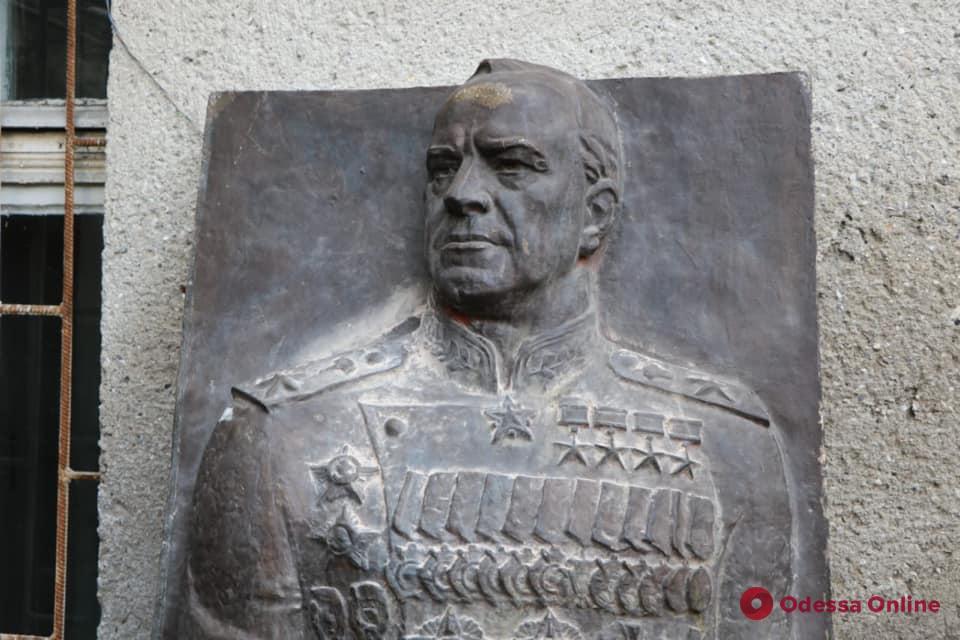 Демонтированный барельеф Жукова перевезли на хранение в музей