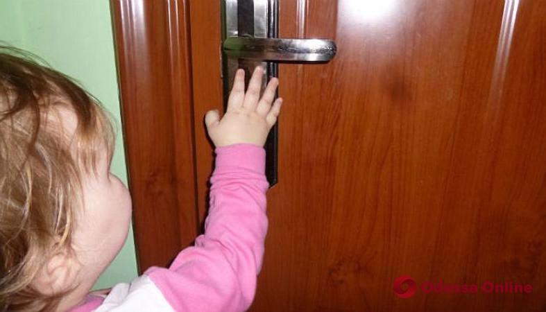 В Одесской области спасатели освободили трехлетнюю девочку из запертой квартиры