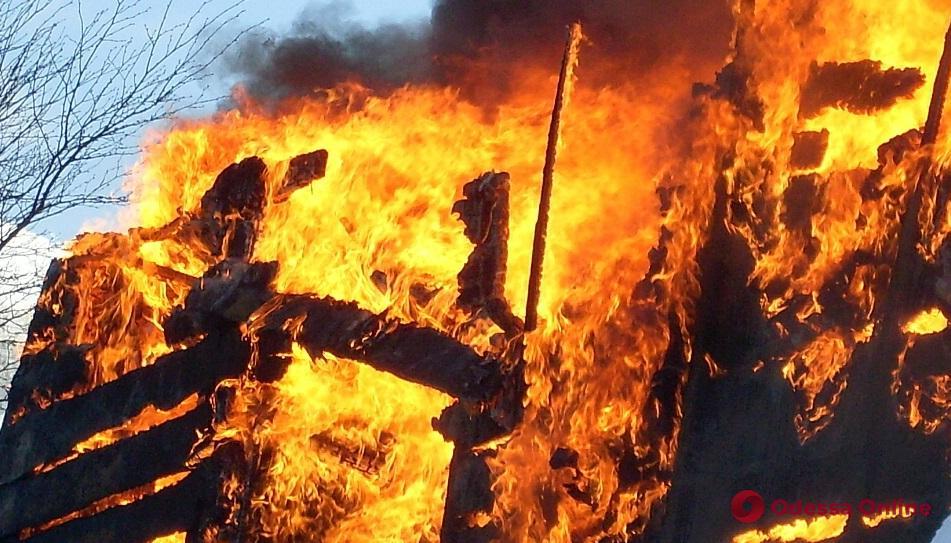 В Одесской области тушили пожар в здании коровника