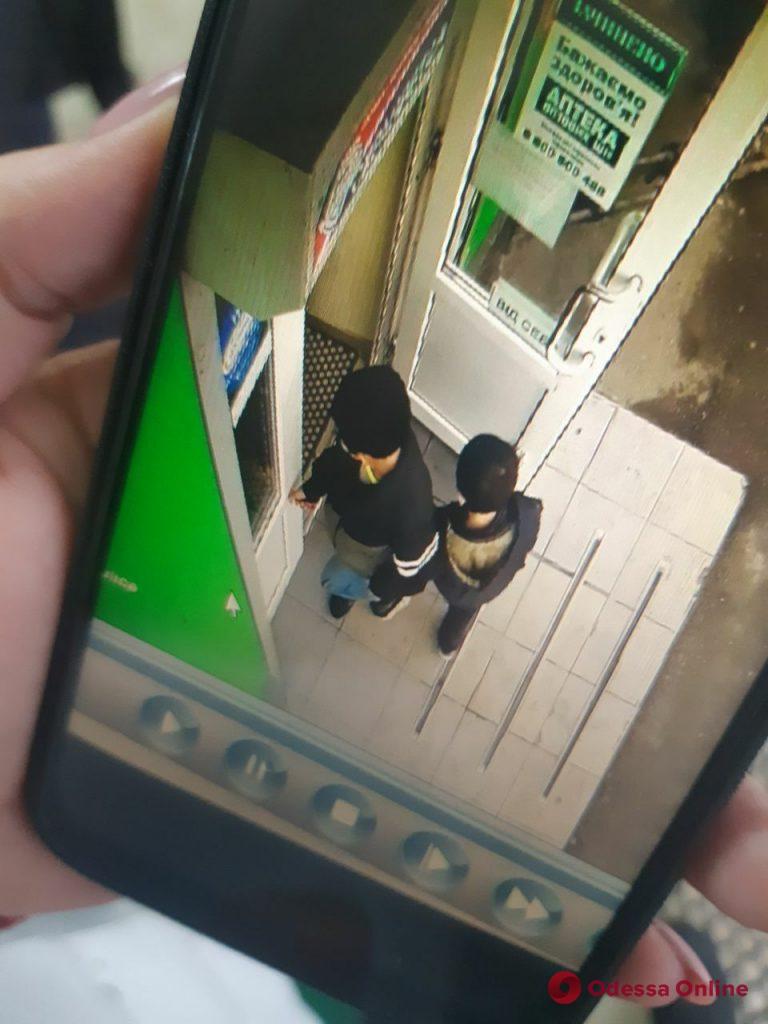 В Одесской области 12-летний мальчик с младшим братом подожгли дверь аптеки