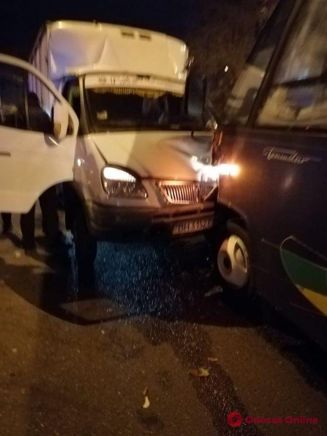 В Одессе столкнулись грузовик «ГАЗель» и автобус Mercedes