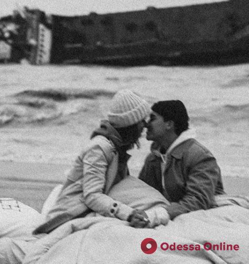 В Одессе на фоне потерпевшего крушение танкера устроили романтическую фотосессию