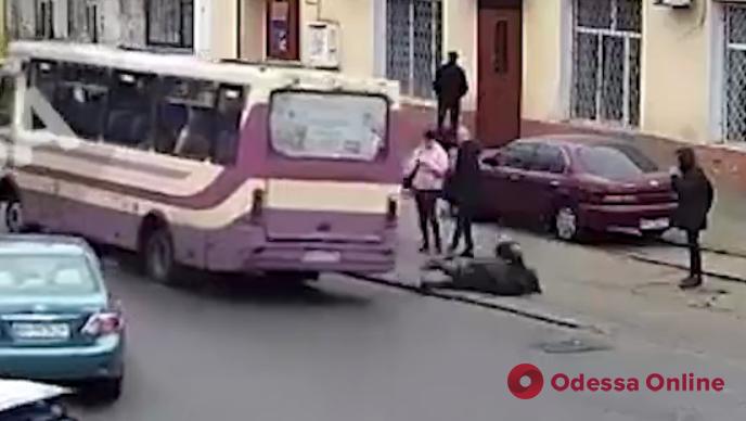 Одесса: появилось видео того, как женщина выпала из маршрутки на ходу