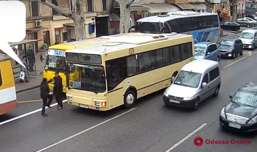 В центре Одессы водители маршруток устроили разборки посреди дороги (видео)