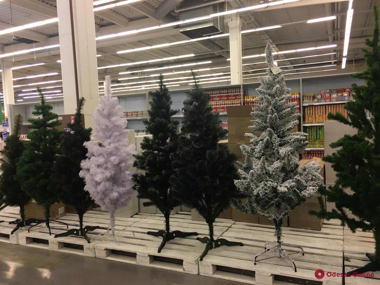 «Свято наближається»: в одесских магазинах уже вовсю продают новогодние украшения (фотофакт)