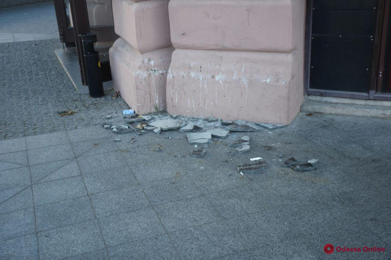 Вандалы разбили памятную доску погибшему 2 мая десятнику «Правого сектора» Игорю Иванову