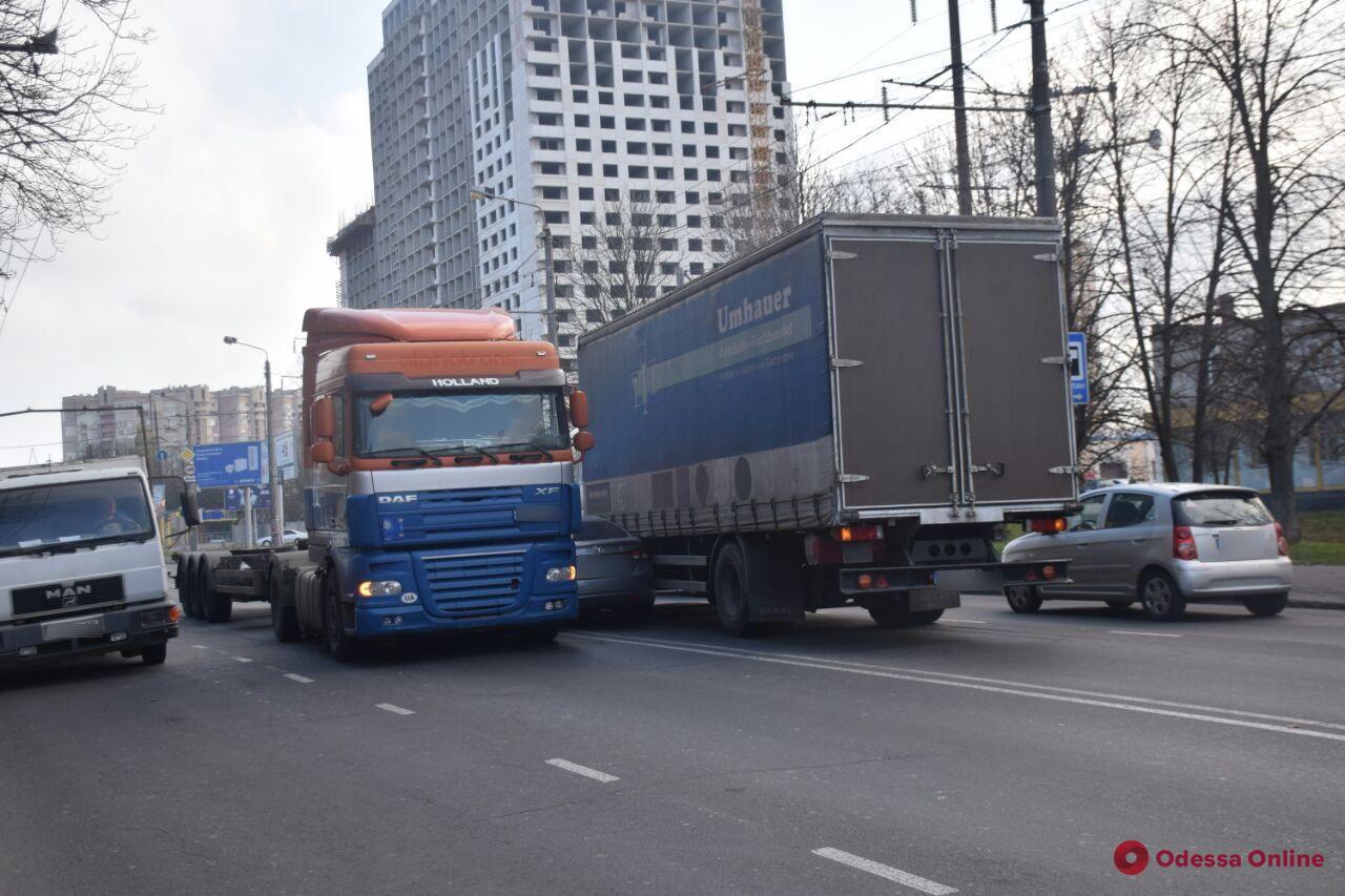 В Одессе две фуры зажали легковушку — образовалась пробка