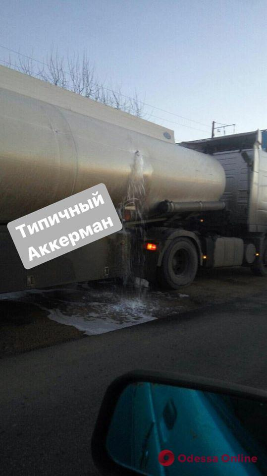 Возле Затоки автокран протаранил бензовоз