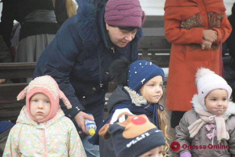 Дождь не помеха: в парке Шевченко украсили елочку (фоторепортаж)