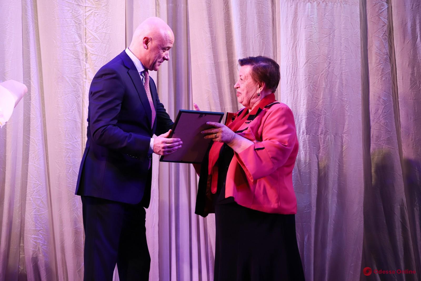 Геннадий Труханов вручил награды одесситам, которые помогают инвалидам (фото)