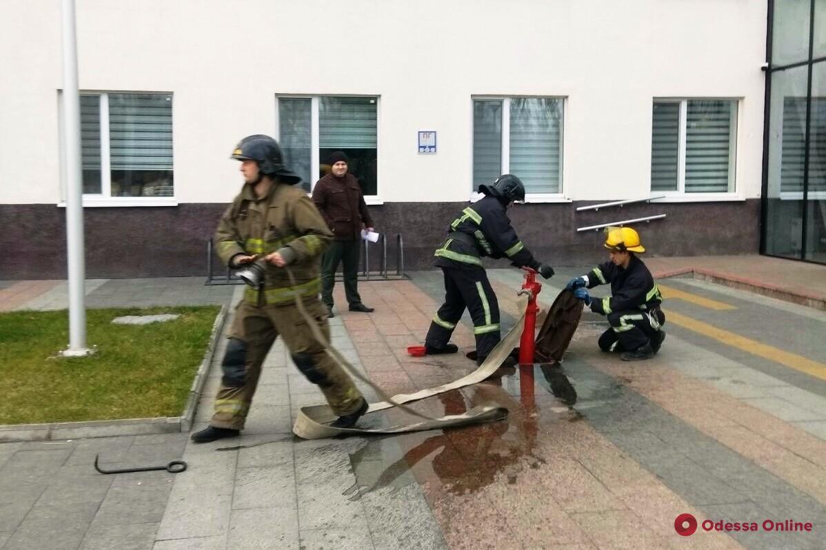 Спасатели провели учения в новой мэрии на Косовской