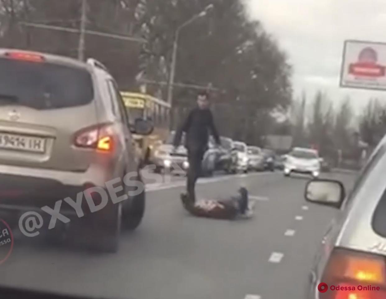 В Одессе неадекват бросался под машины