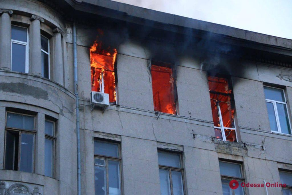 В центре Одессы горит колледж (фото, видео)