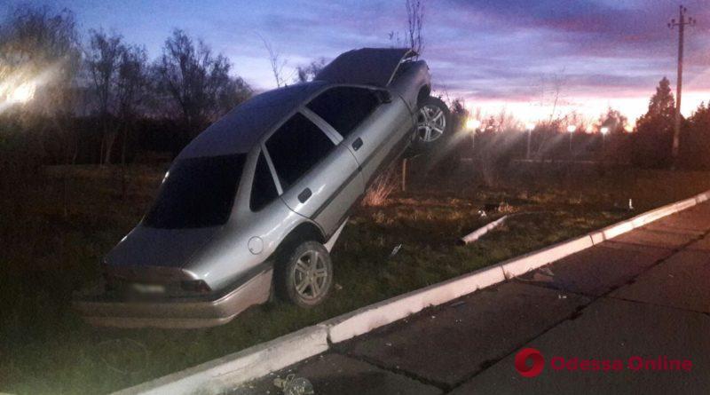 В Измаиле Opel въехал в столб и встал на дыбы