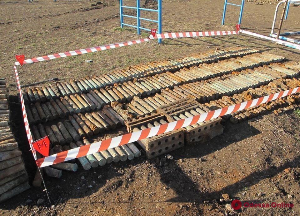 На школьном стадионе под Одессой нашли еще 343 взрывоопасных предмета