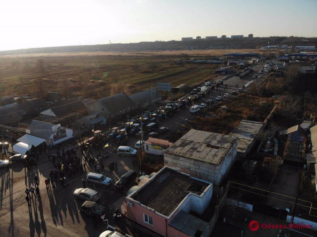 На тракторах против земельной реформы: в Одесской области перекрывали трассу (фото)