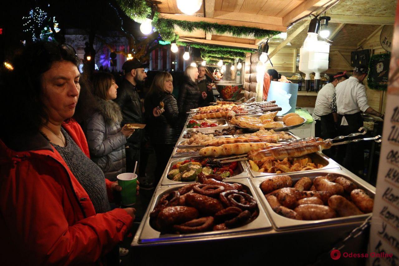 Глинтвейн, пончики и сувениры: на Приморском бульваре открылась новогодняя ярмарка (фоторепортаж)
