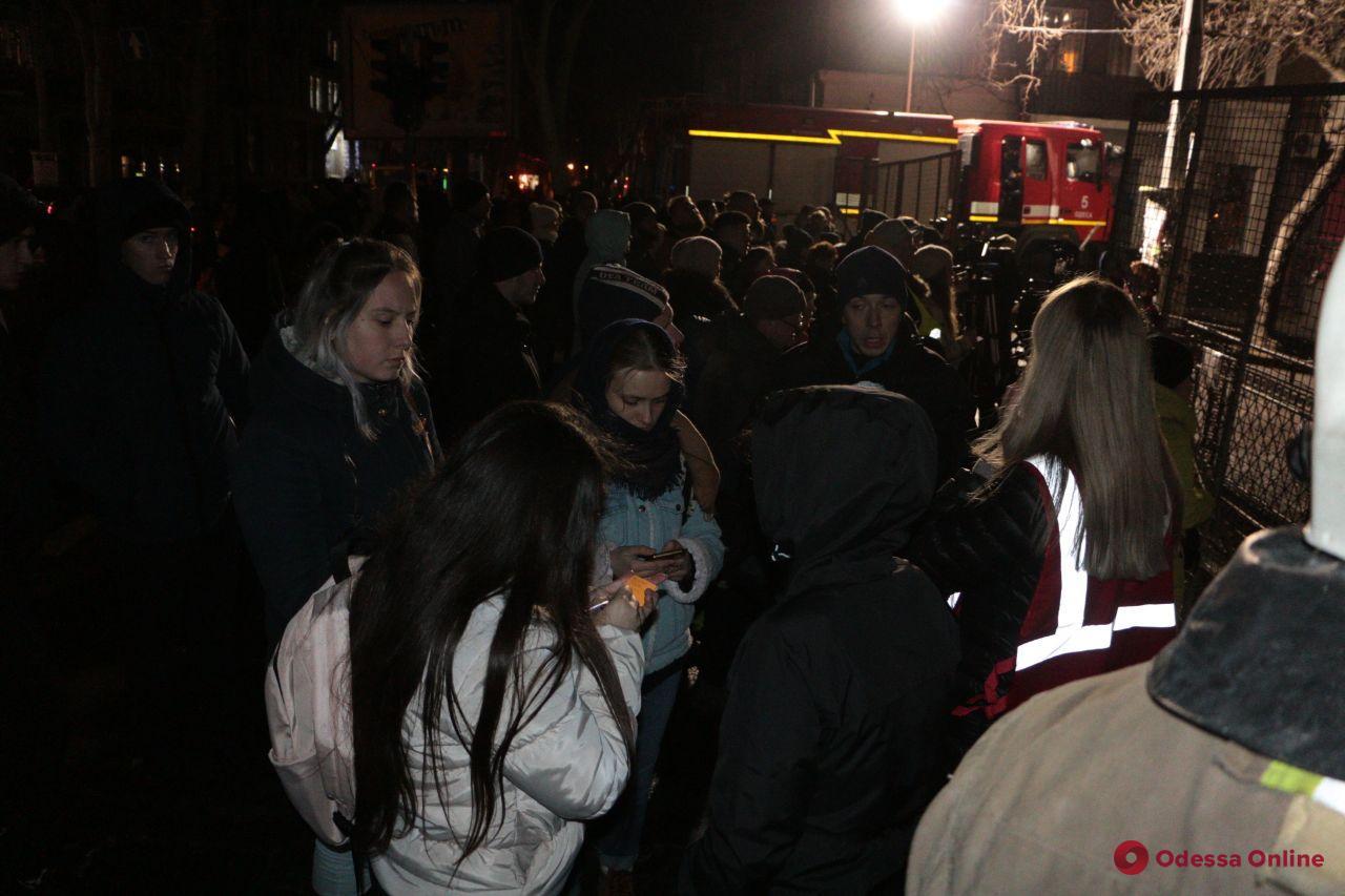 Спасателям на Троицкой помогают волонтеры