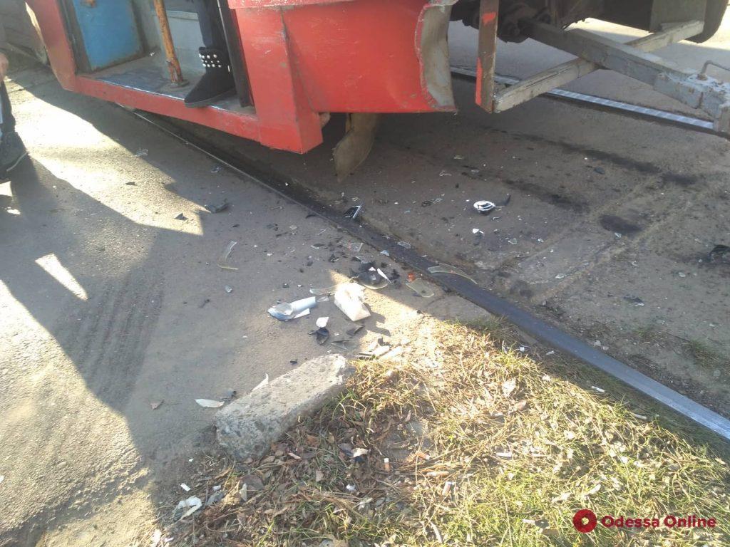 На поселке Котовского внедорожник въехал в трамвай (фото)