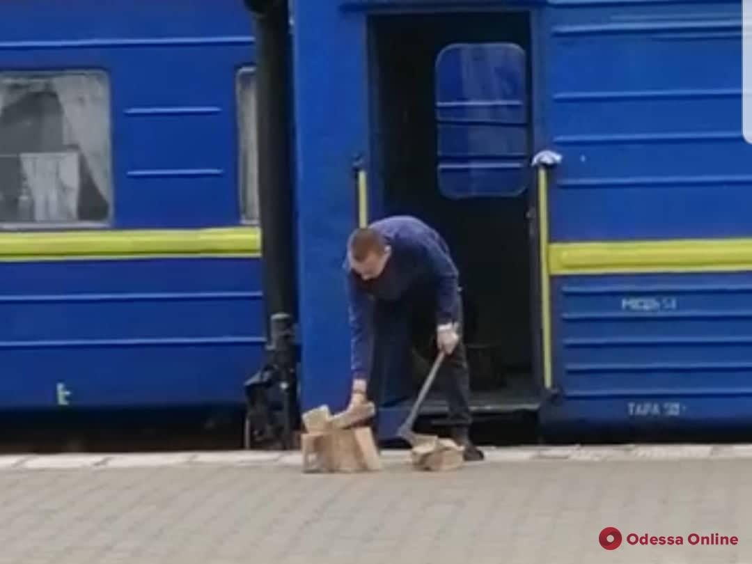 Технологии 21-го века: на одесском вокзале рубят дрова прямо на перроне (видео)