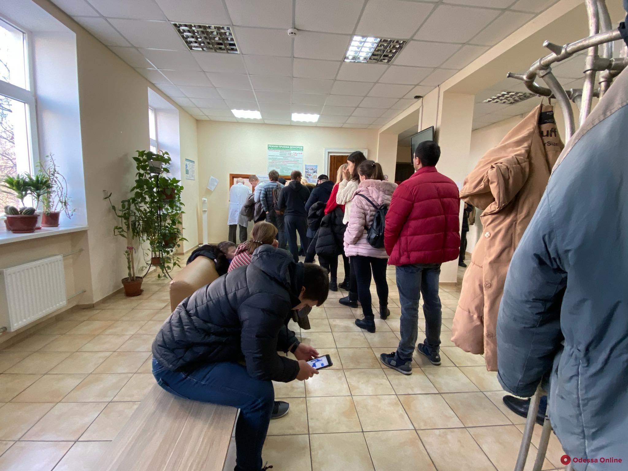 Одесситы приходят на станцию переливания, чтобы сдать кровь для пострадавших при пожаре