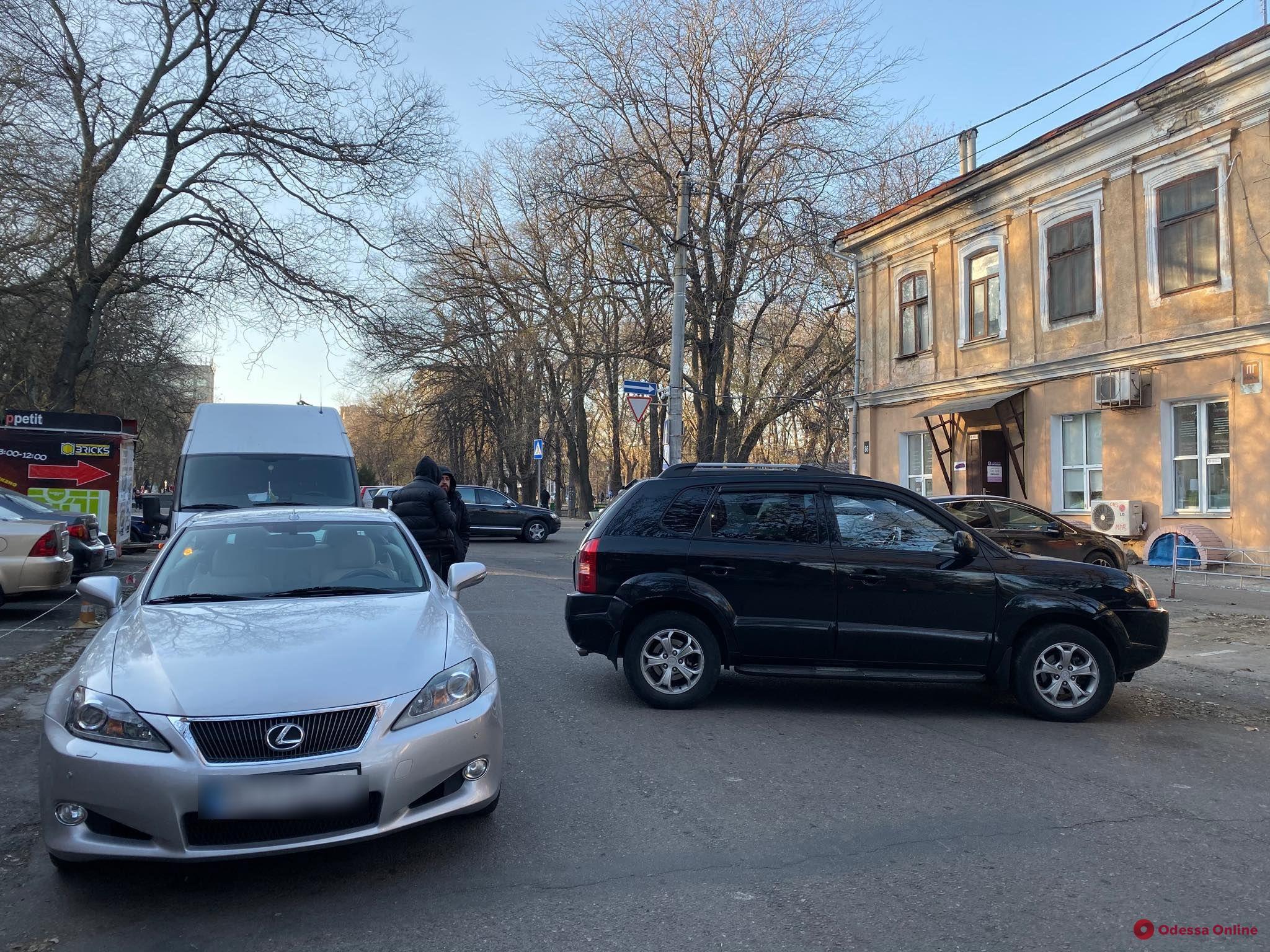 В центре Одессы не разминулись Hyundai и Lexus