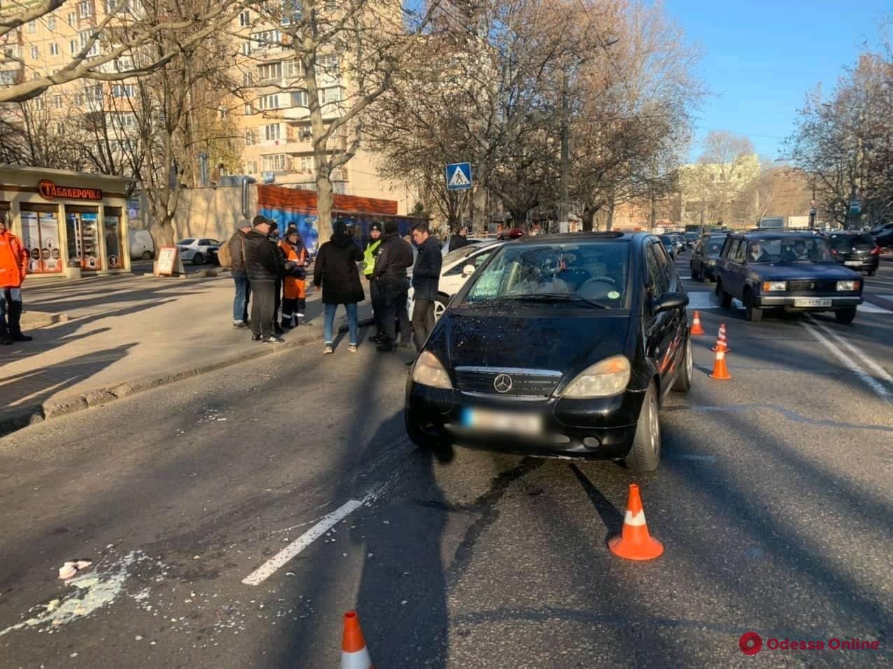 На Таирова на пешеходном переходе Mercedes сбил женщину