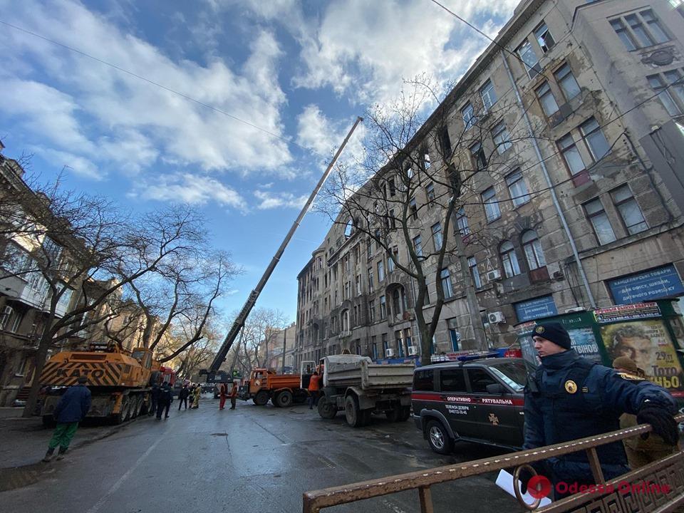 Спасатели разбирают завалы внутри сгоревшего здания на Троицкой