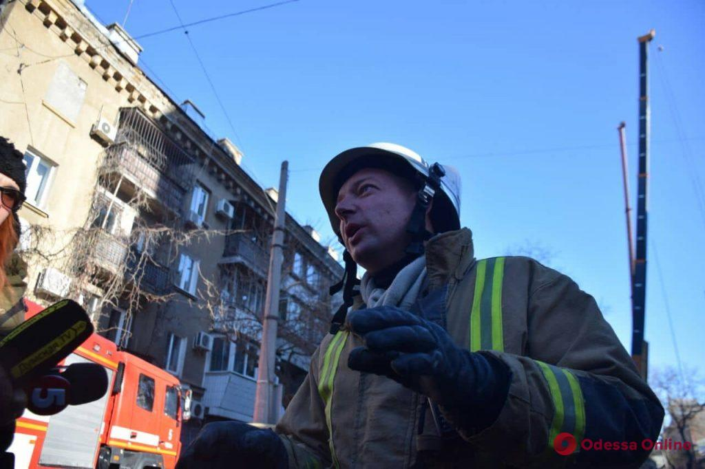 Спасатели расчищают арку, ведущую во двор дома Асвадурова (фото, обновляется)