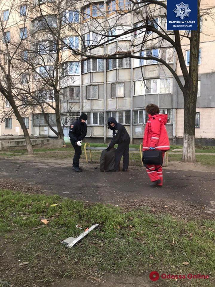 На поселке Котовского патрульные помогли одесситу, которому стало плохо на улице