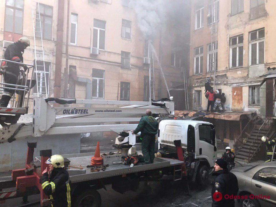 Герои среди нас: сотрудник «Горзелентреста» заехал на автовышке во двор горящего дома и спасал людей