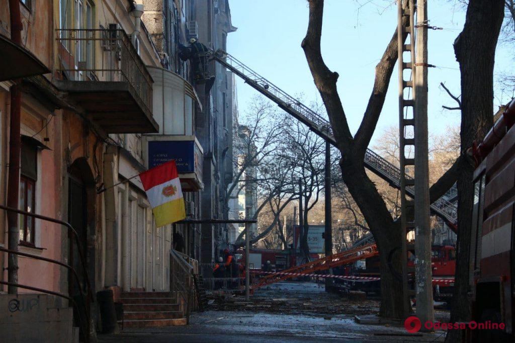 Пожар на Троицкой: из Киева самолетами доставили спасательную технику