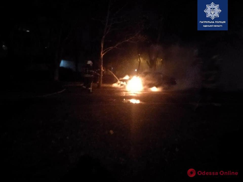 Ночью на Таирова горел BMW: одного из поджигателей поймали