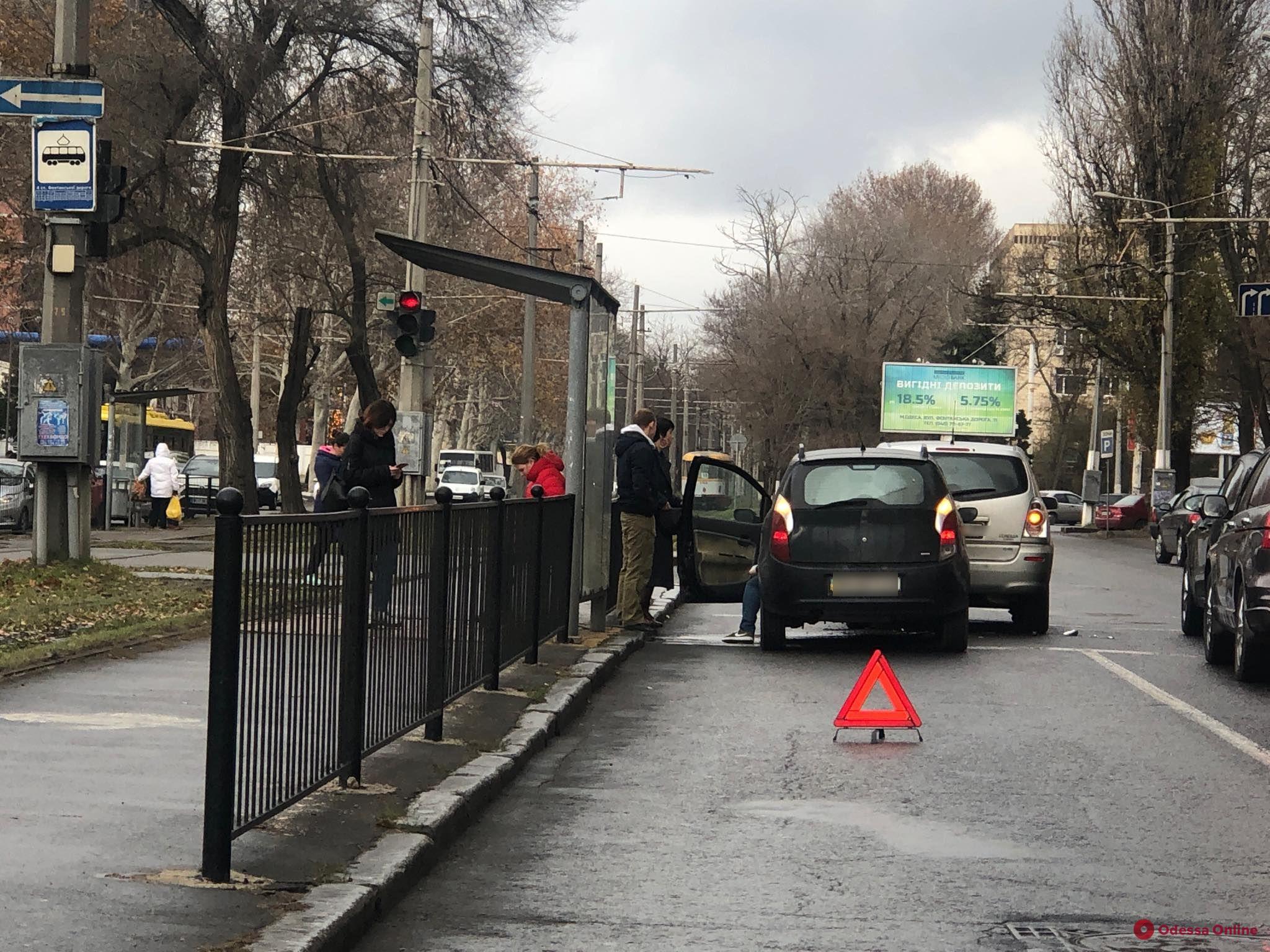 Грузовик, внедорожник и легковушки: на Фонтанской дороге произошло сразу три ДТП