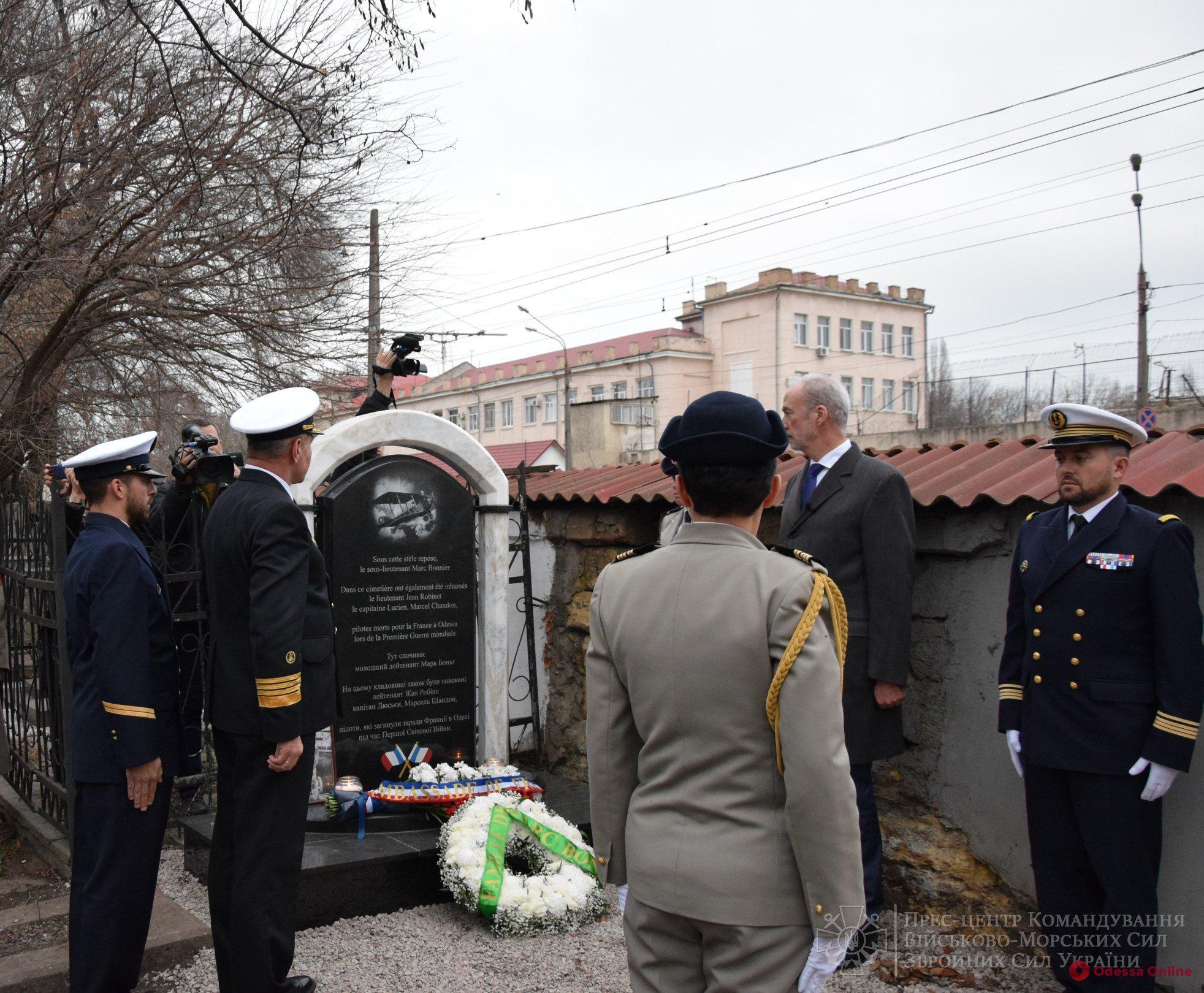 На одесском кладбище открыли мемориал французским летчикам