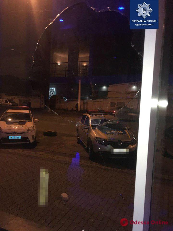 Хотела выбрать машину и покататься: ночью пьяная одесситка залезла в автосалон на Пересыпи