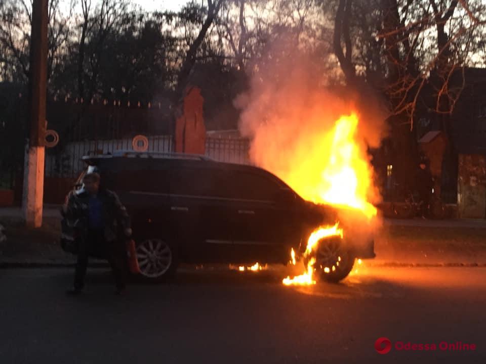 Сгоревший на Артиллерийской внедорожник принадлежит депутату Одесского облсовета