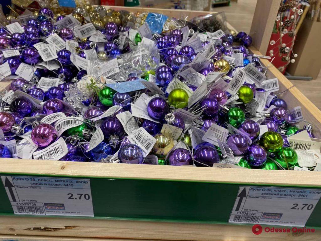 Стеклянные игрушки, гирлянды, салюты: во сколько одесситам обойдется новогодняя атрибутика (фото)
