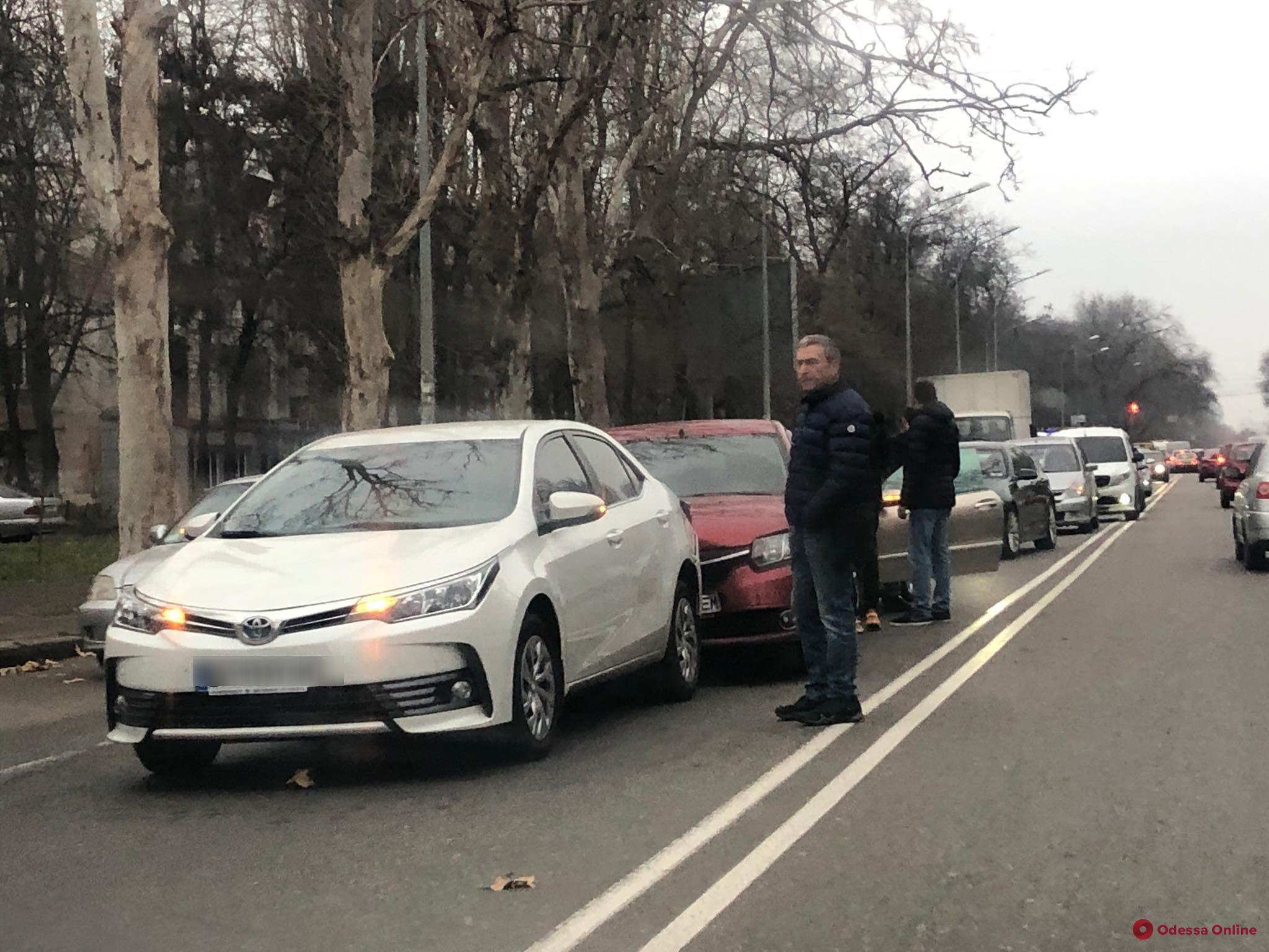 Из-за тройного ДТП на Фонтанской дороге образовалась пробка