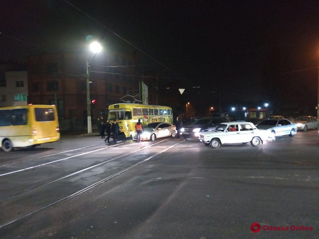 Возле «Молодой гвардии» столкнулись трамвай и легковушка