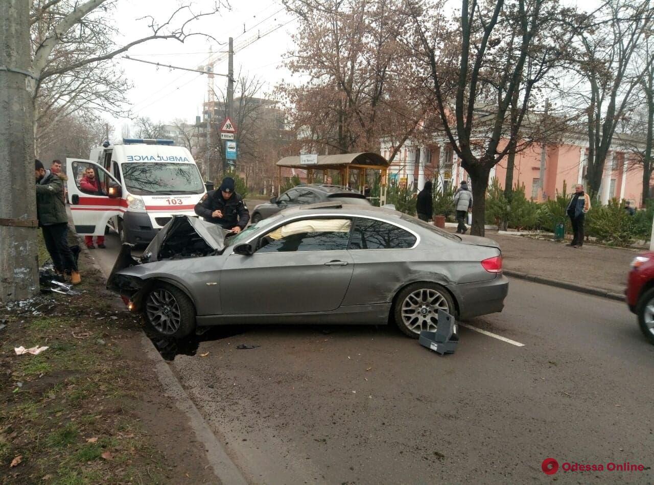 На Адмиральском проспекте BMW врезался в дерево и столб