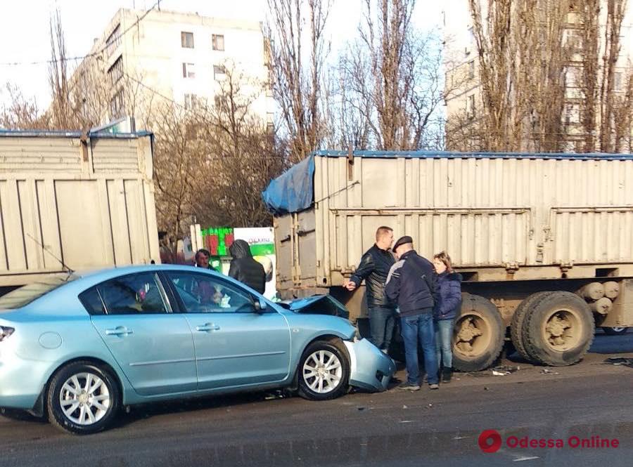 На поселке Котовского легковушка врезалась в фуру