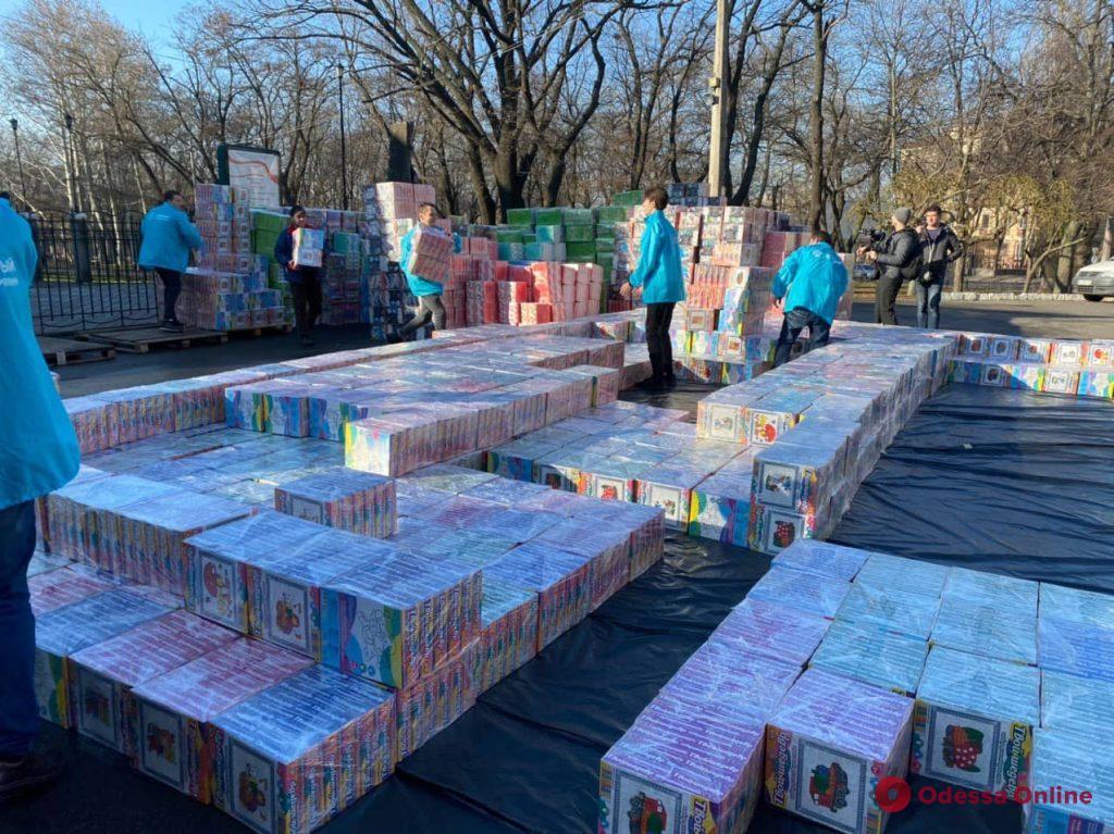 В Одессе возводят башню из 110 тысяч рождественских подарков (фото)
