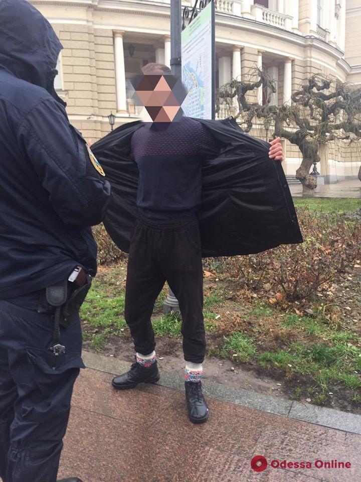 На Думской площади неадекват разрисовывал здания и угрожал прохожим топором