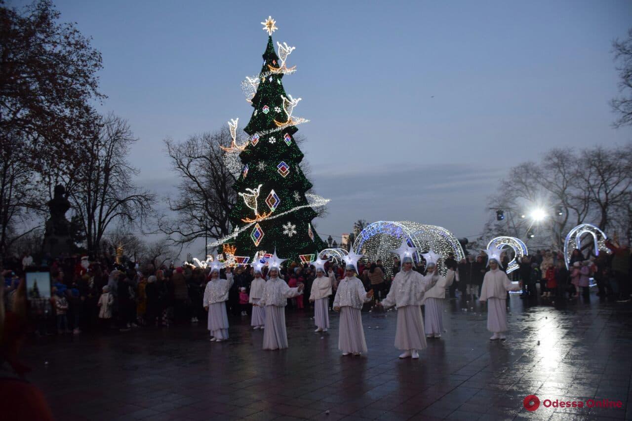 На Думской площади зажгли огни на главной новогодней елке (фото)