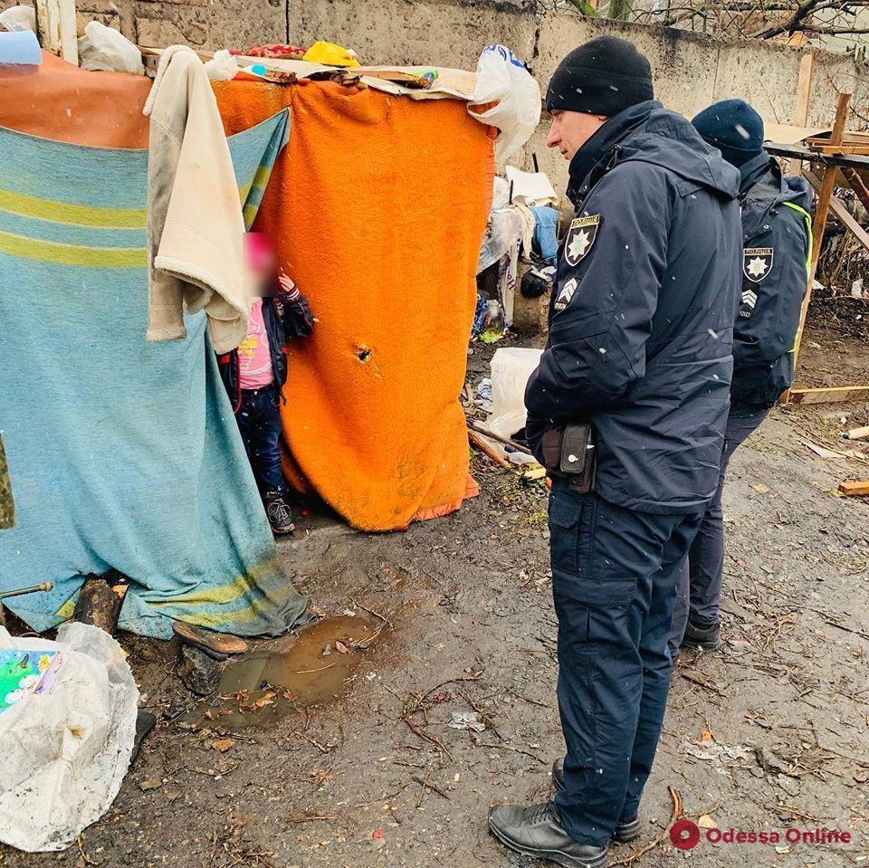 В Одессе посреди свалки в шалаше нашли маленькую девочку