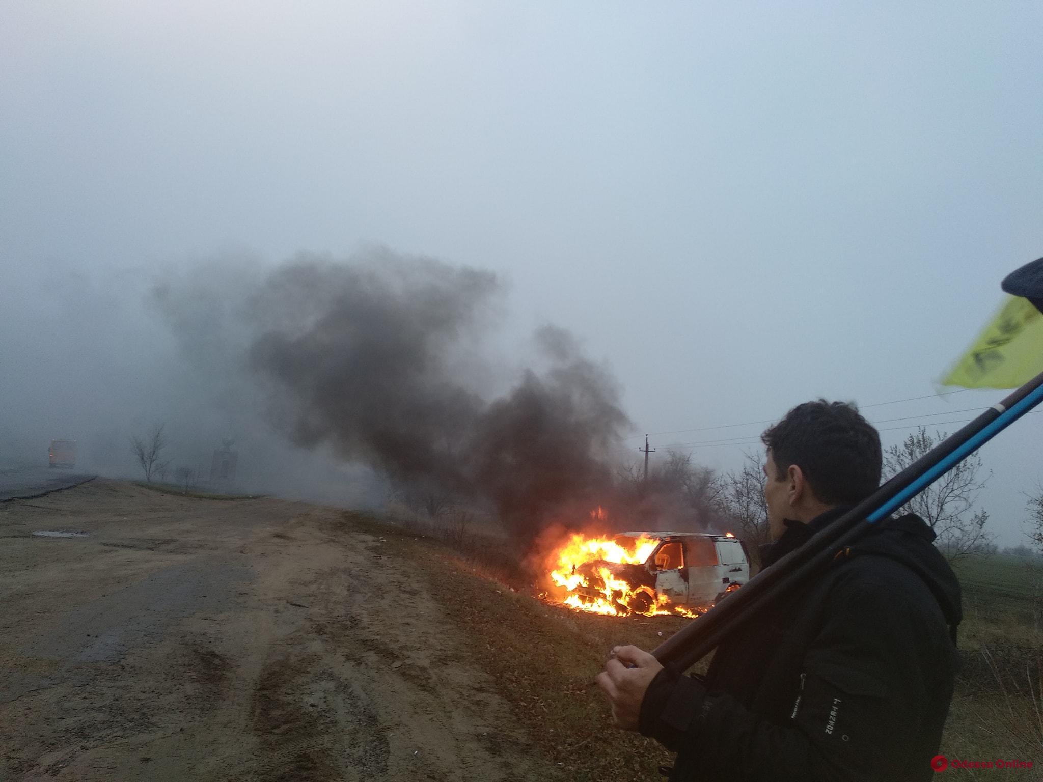 В Одесской области протестующая сожгла автомобиль на еврономерах (фото)