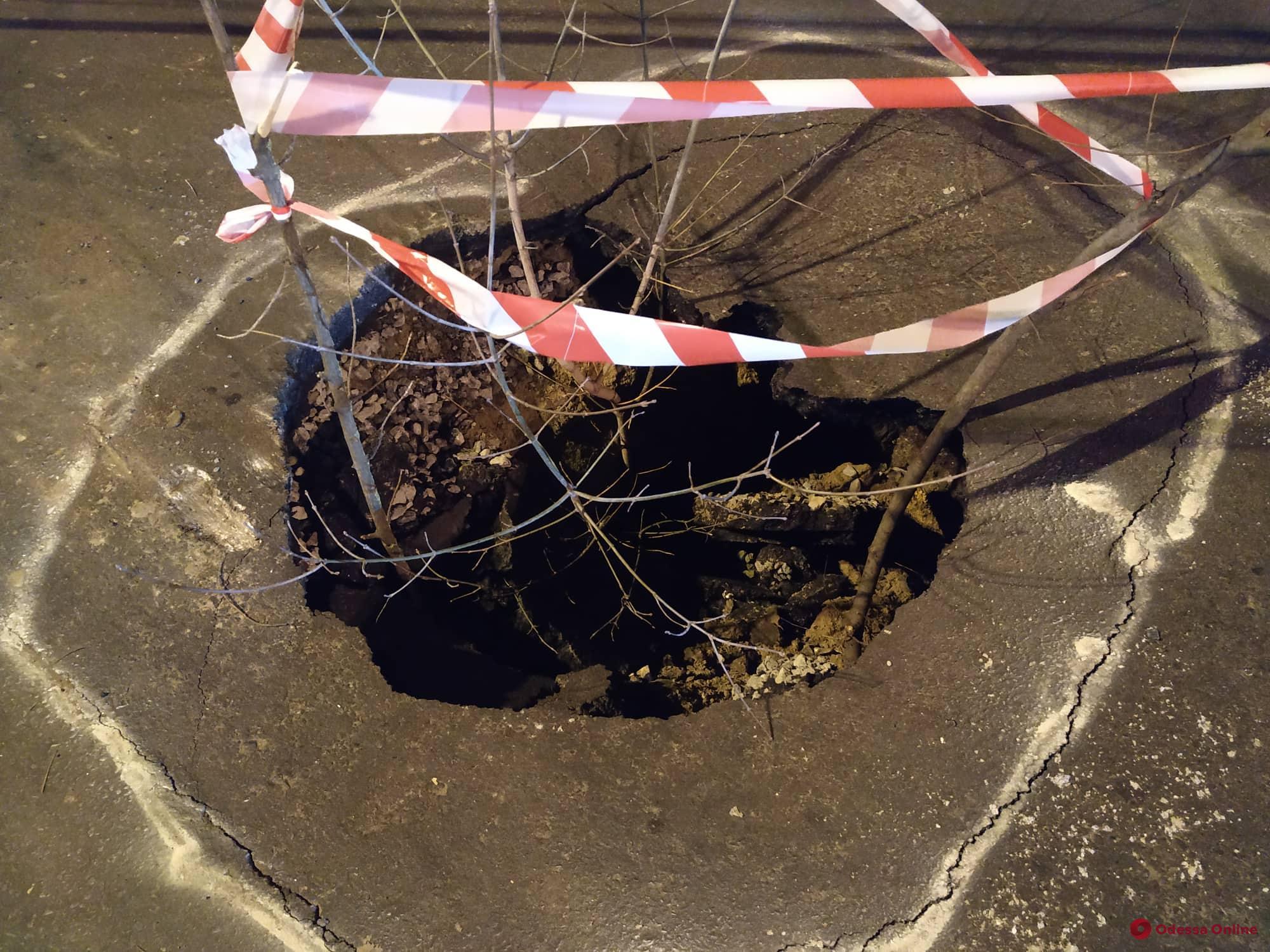 В районе Красного креста образовался провал на дороге (фото)