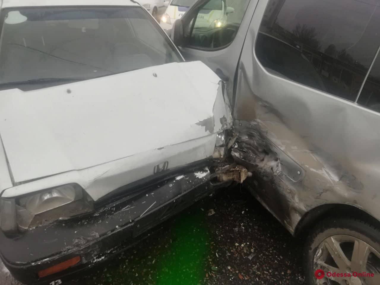 В Лузановке столкнулись Honda и Peugeot