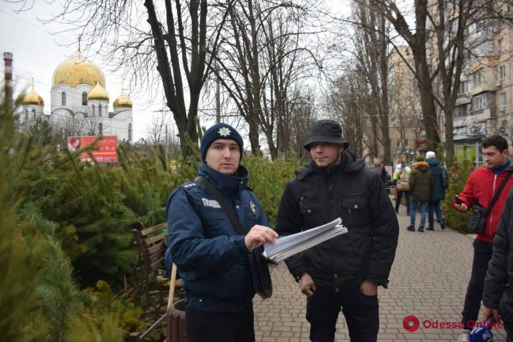Бумажные чипы и ели из Голландии: одесские полицейские проверили елочные базары (фото)